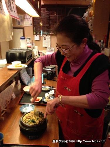 となりの人間国宝でもある清美さんが石焼ビビンバを混ぜてくれます