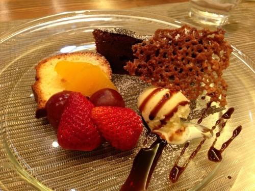 豪華なデザートの盛り合わせは、パリパリのチュールがアクセント