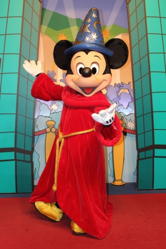 魔法使いの弟子の衣装を着たミッキー