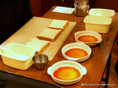 これからお皿にタネを入れていきます。黄金色のカラメルソースからは甘~い香りが漂っています。
