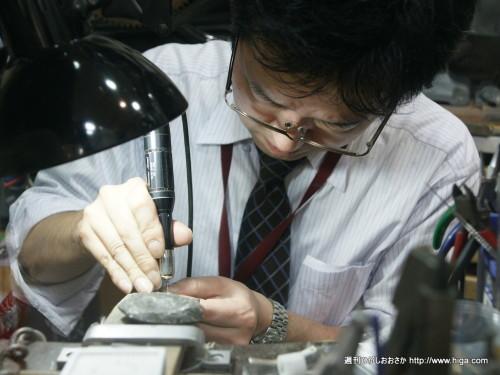 大井先生に誕生石を入れてもらいます