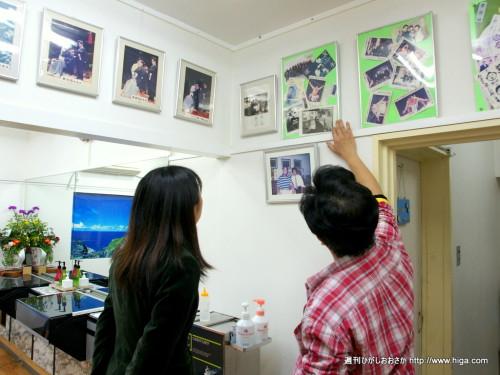 近くに相撲部屋があったので壁にはたくさんのサインや写真が
