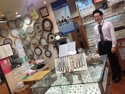 たくさんの時計やジュエリーが並ぶ小阪時計店