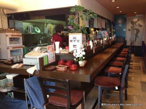 カウンターとテーブルがバランスよく配置されている店内