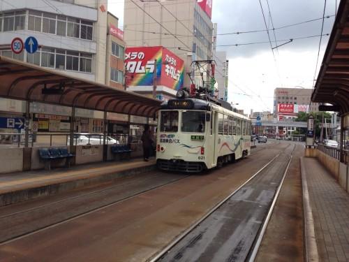 東大阪に住んでいると思いっきり非日常な路面電車ですが、高知では日常風景。不思議ですね