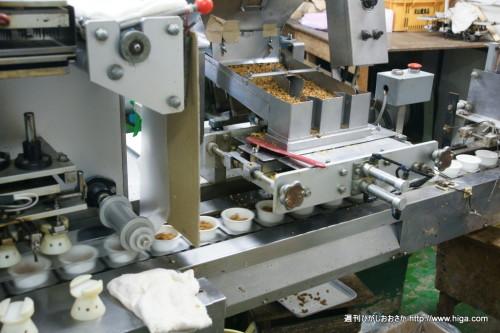 工場大好き!な私たち取材班。ラベルを貼ったりパックにする機械に大はしゃぎ!