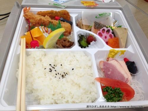 お昼ごはんは幕の内弁当が支給されました。隣のイオンでよかったよ