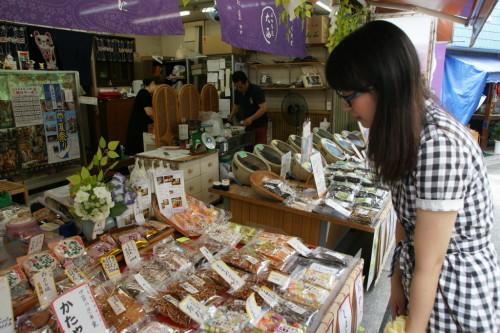 お店の左側でお菓子、右側で佃煮を売っています