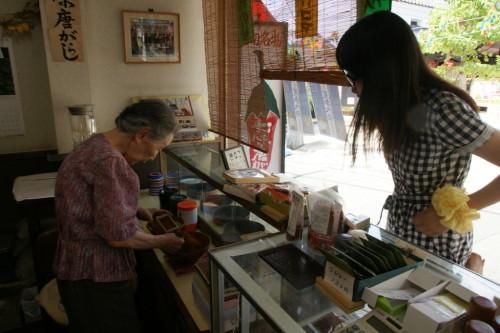 山椒や胡麻を調合して、七味唐辛子を作ります。熟練の手つきに胸熱!