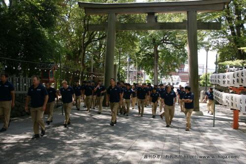 枚岡神社入り口で集合するライナーズの面々。地元だからいいけど、その辺にいたら威圧感たっぷり