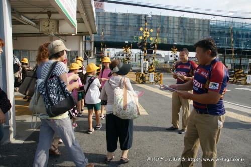 成選手とリコ・ギア選手が東花園駅に登場。チラシをもらってくれる方に軽く会釈