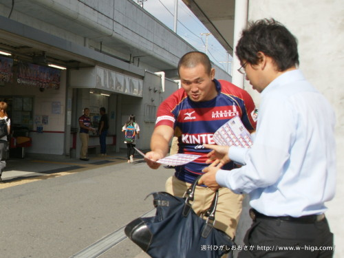 グランド同様、豊富な経験と運動量でチラシを受け取ってもらう佐藤選手