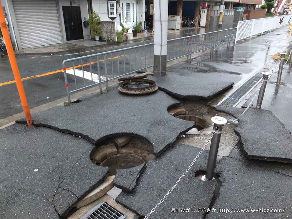 上小阪公民分館の前。マンホールの蓋が、水圧で外れてしまった