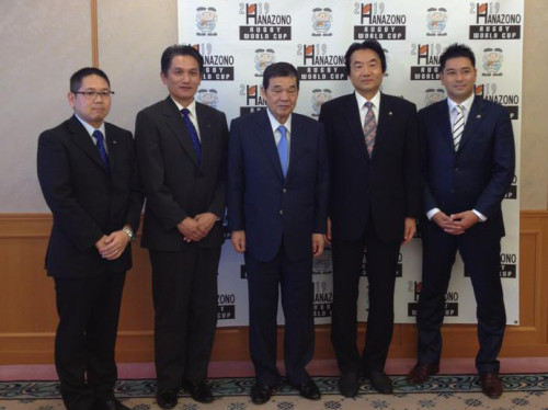 西村信義大阪バス社長(中央)と野田義和東大阪市長(右から2人目)