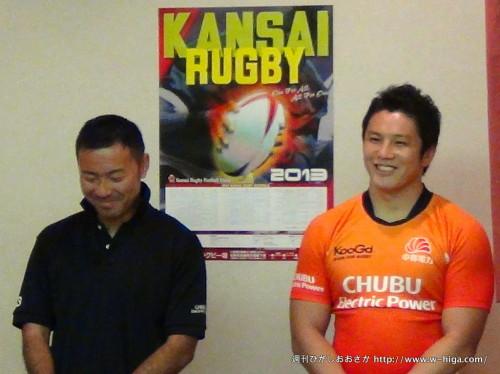 フィジカル強化のトレーニングで筋肉量を増やすことに成功したと自信を見せる山田監督(左)と松田キャプテン