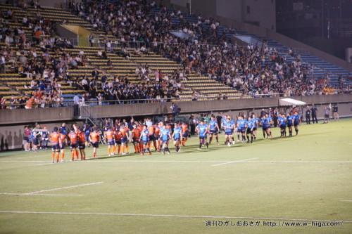 試合後、整列する両チーム。青いジャージからは、少しさみしさが・・・。