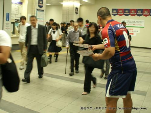 背中に輝く8の文字。佐藤選手はグランド同様駅でも大活躍