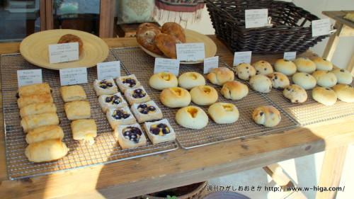 テーブルに並べられた美味しそうなパンに、朝日が入って全部食べたくなります。