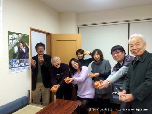 榎本地域活動協議会広報委員会の皆さん。金太郎パンのアンパンを持って「トライ!」