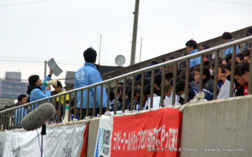 人文字の練習をする、東大阪JCと高校生の皆さん