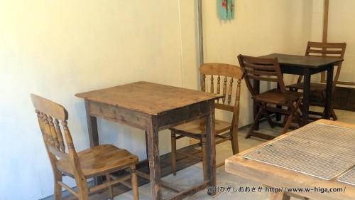 店内にはカフェスペースも。木製のテーブルとイスで、パンのイメージとぴったり。