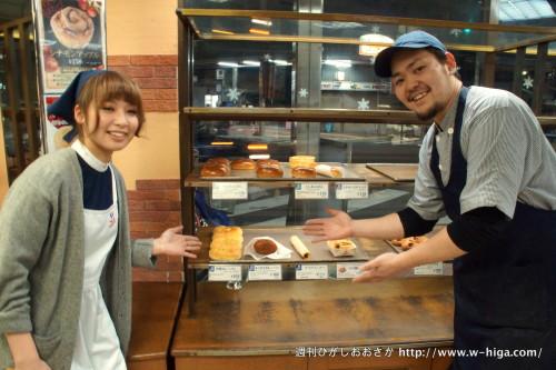 アルバイトさんと一緒に「おいしいパンたくさんですよー!」とポーズを取ってくれたものの、閉店間際のパンは残り少ないという悲劇!