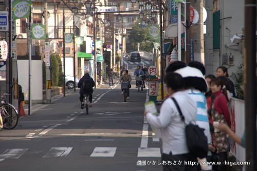 いつもどおり、自転車が行き交う八戸ノ里商店街で、MAP配布スタート!!