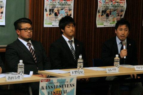 左からホンダ・天野豪紀主将、大体大・福本翔平主将、六甲クラブ・内田幸児主将