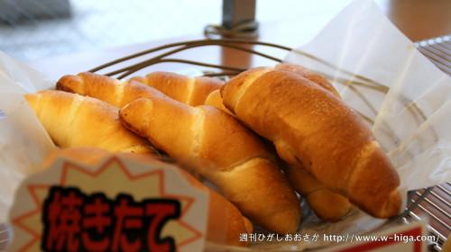今もっとも勢い良く売れているという「塩パン」80円。一口で他のパンとの違いがわかります。