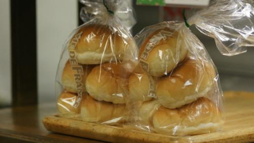 週ひが代表前田の写真。ロールパンを美味しそうに。