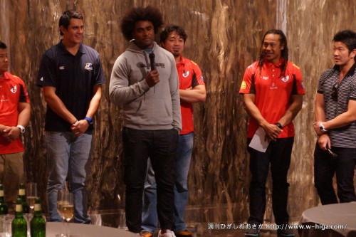 一番右がタナ・ウマガ。アフロがオーストラリア代表でライナーズのラディキ・サモ。に隠れる箕内(元日本代表キャプテン)に一番左がアイザック・ロス(オールブラックス)