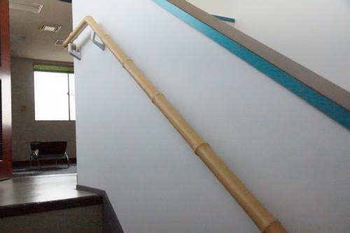 ウェーブ手すり。この他社内では現代アート風に自社製品が使用されています。