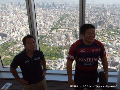 大阪平野をバックに前田監督と豊田キャプテン。取材陣も例年の4倍以上!