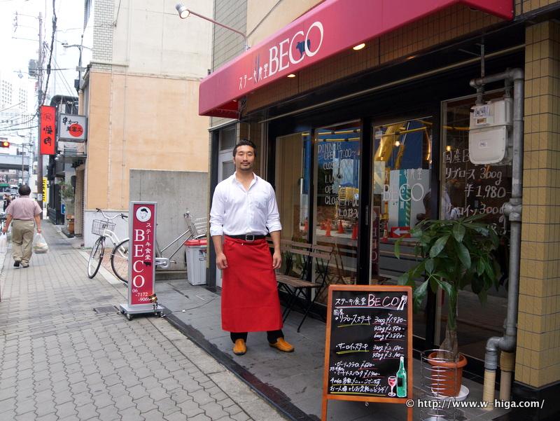 お店の前で立つキムヨンデさん。「肉を摂取するノウハウ」に基づいたお店だ。