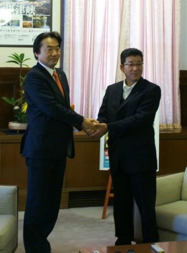 松井大阪府知事と握手する野田市長