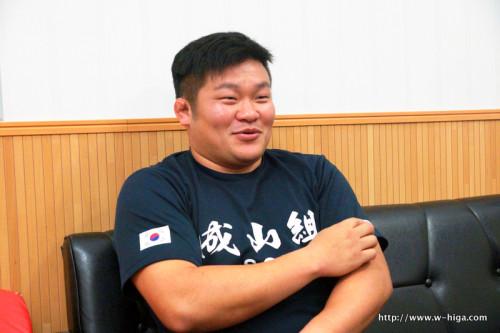 チーム内部活「サウナ部」のTシャツを着て語る豊田選手。