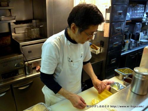 サンドウィッチを作る東野さん