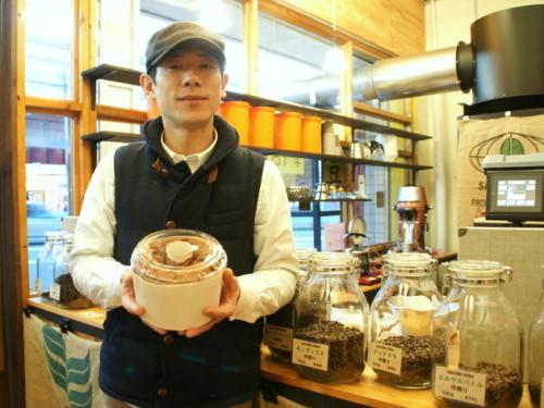 シフォンケーキ1ホール(1520円)を両手で持つ店長の井本さん