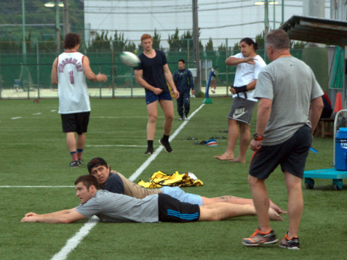 サンダル、裸足。中には寝転がって練習を見学する選手も!