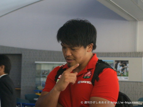 試合後、記者から質問を受ける木津。