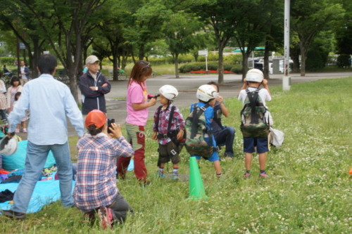 パラグラウダー体験の準備をする子供たち。緊張の面持ち。