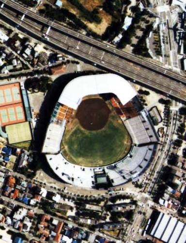阪神甲子園球場 上空からの撮影(1985年、ラッキーゾーンが確認できる)。国土交通省 国土画像情報(カラー空中写真)を基に作成