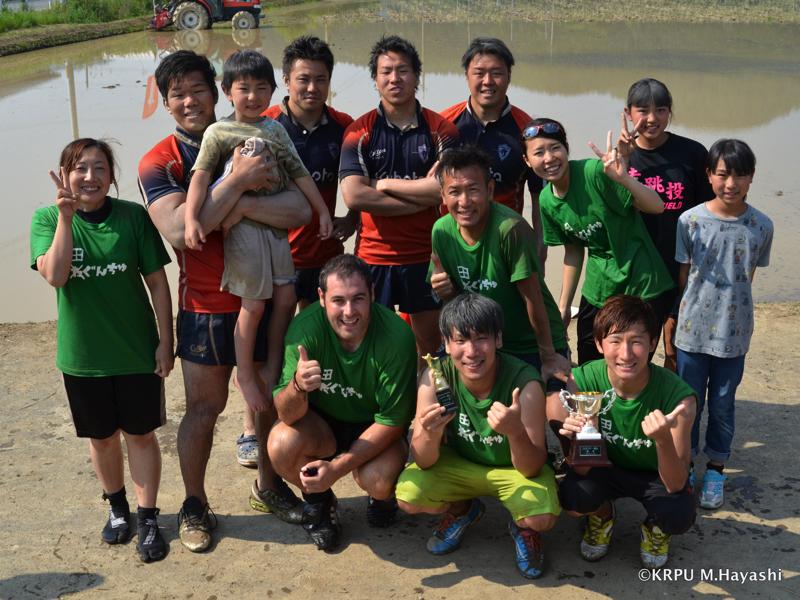 優勝した「たぐんちゅ(緑)」とスピアーズで記念撮影。