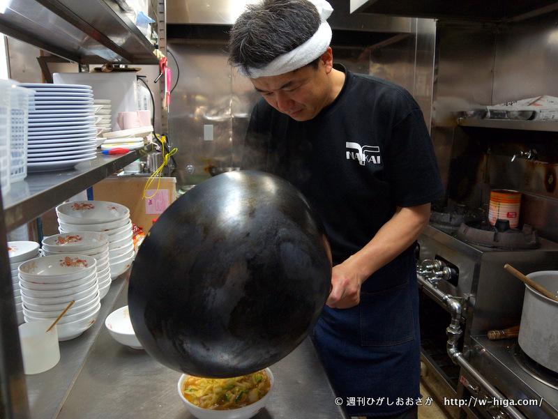 でっかい中華鍋を自在に操る田中さん。熟練工の手つきです。