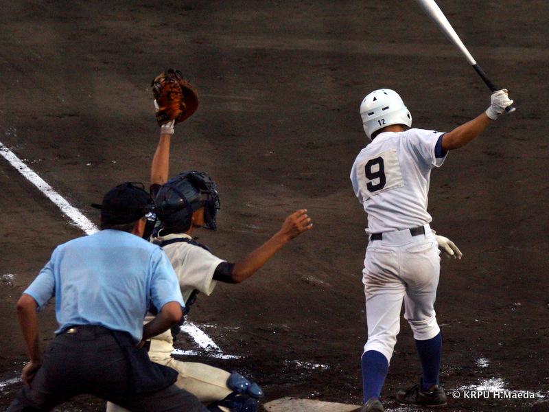 よし!乗り切った!捕手・黒田がしっかり捕球。