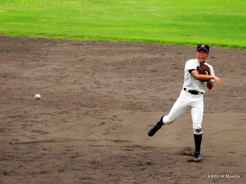 ショート・前原選手、よく追いついて1塁送球も少しそれてしまった。