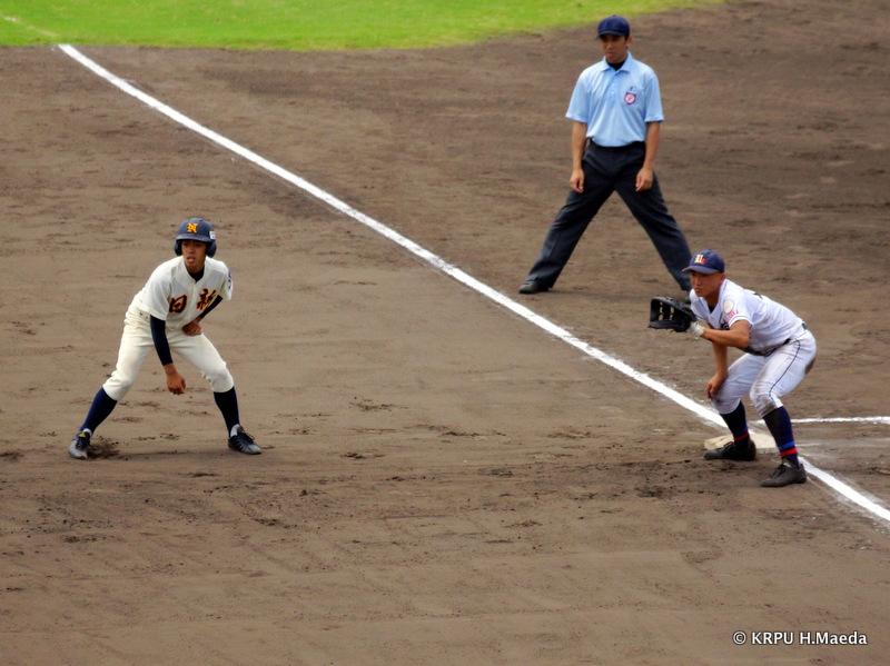 進塁の機会をうかがう元谷選手。