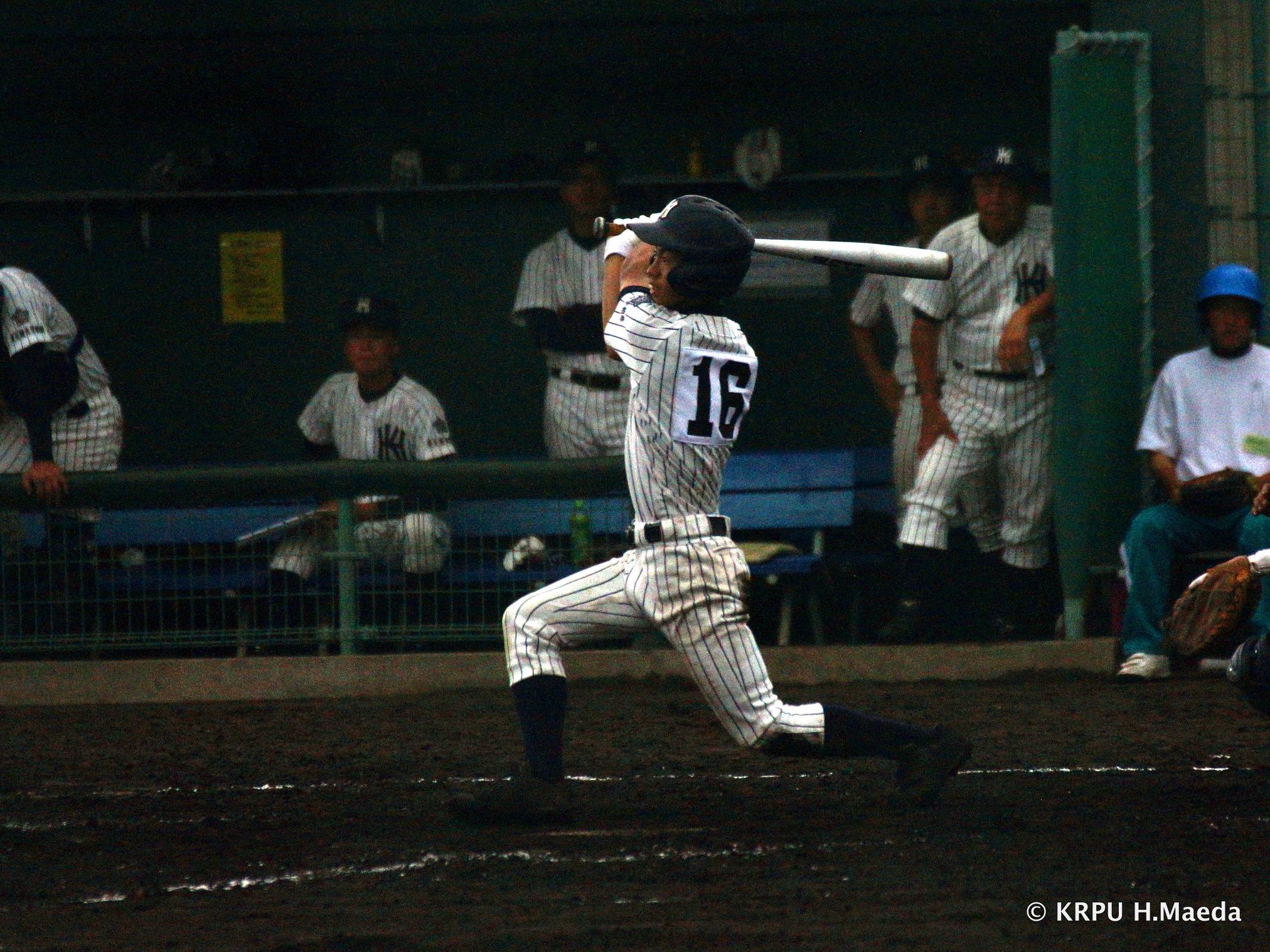 右中間を破る2塁打を打った9番麻生。