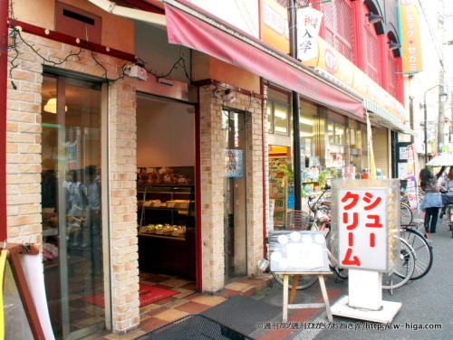 近大通りの門番とでも言うべき立地のスイーツ店。プチシューが人気。