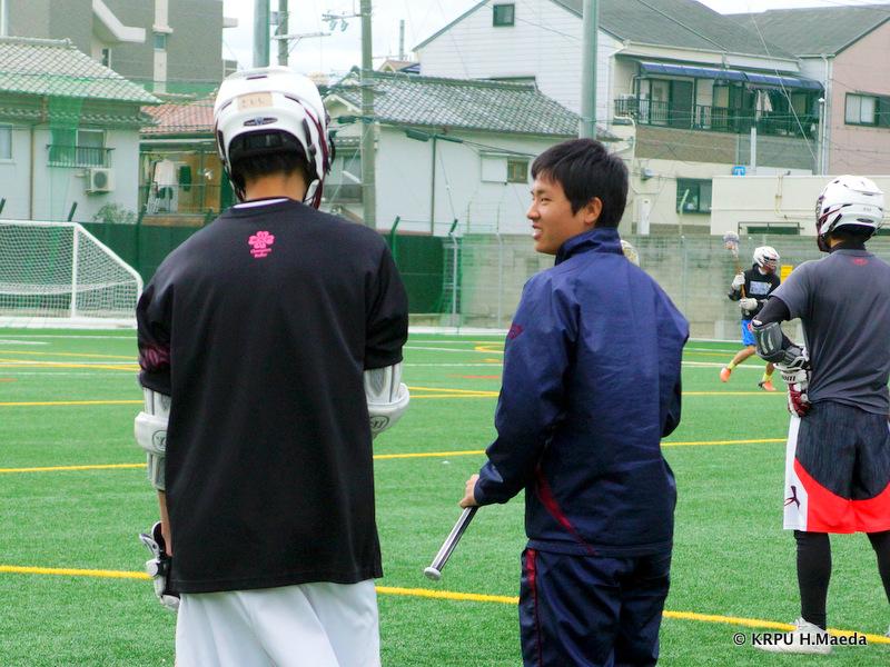 練習中のプレーを後輩と確認する竹中副キャプテン。
